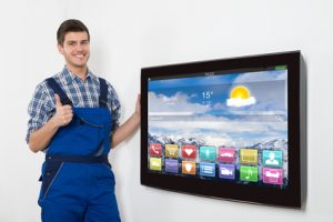 Techniker mit TV Gerät