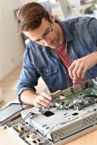 Techniker repariert Fernseher